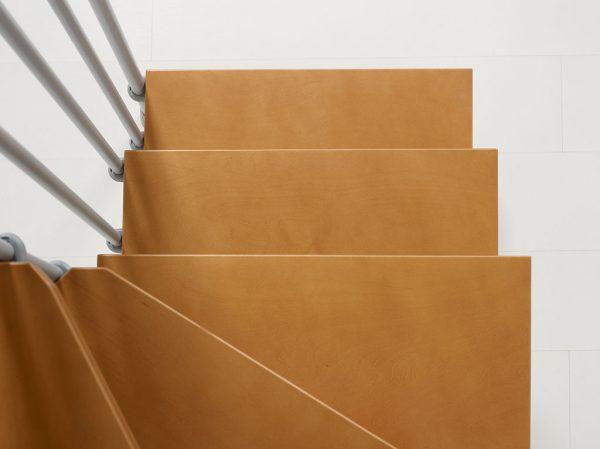Nice 4 Grigio - helytakarékos lépcső havanna barna színű lépcsőfokai